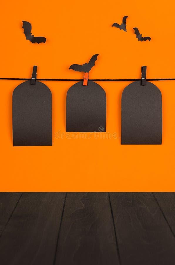 Mofa de la naranja de Halloween encima del fondo La venta negra en blanco etiqueta la ejecución de la tumba en pinzas, palos de l foto de archivo libre de regalías