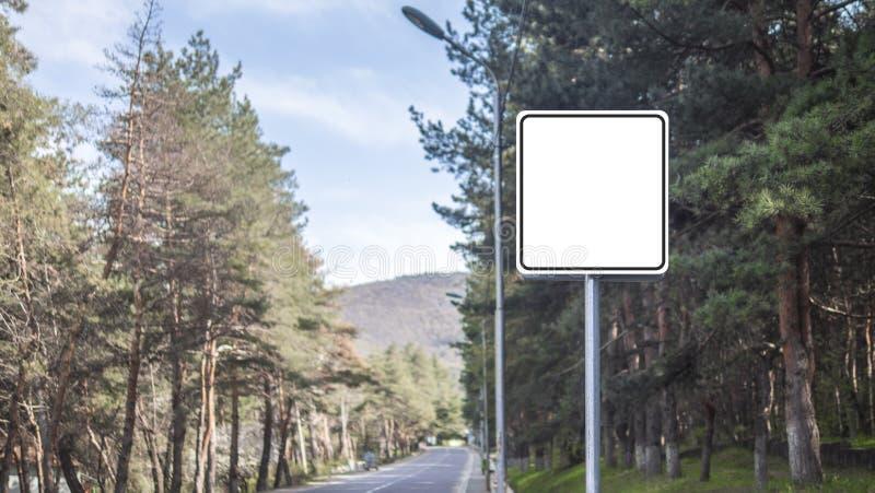 Mofa de la señal de tráfico para arriba en el camino fotografía de archivo