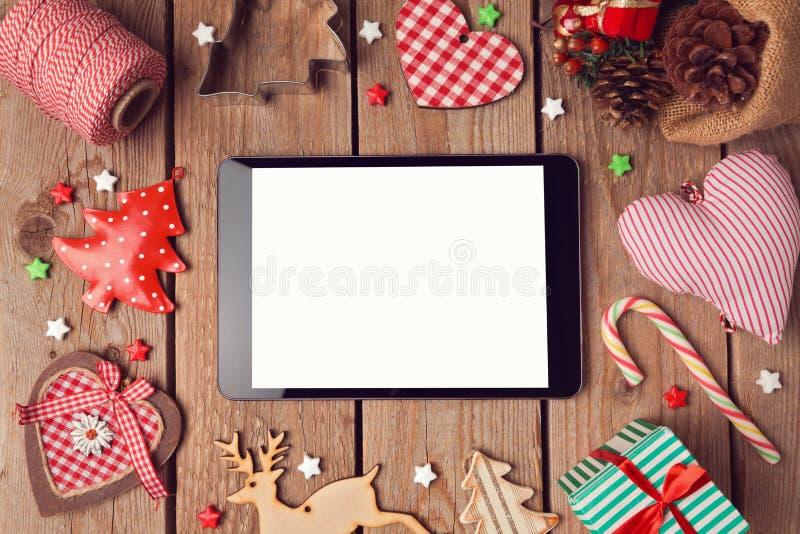 Mofa de la tableta de Digitaces para arriba con las decoraciones rústicas de la Navidad para la presentación del app fotografía de archivo