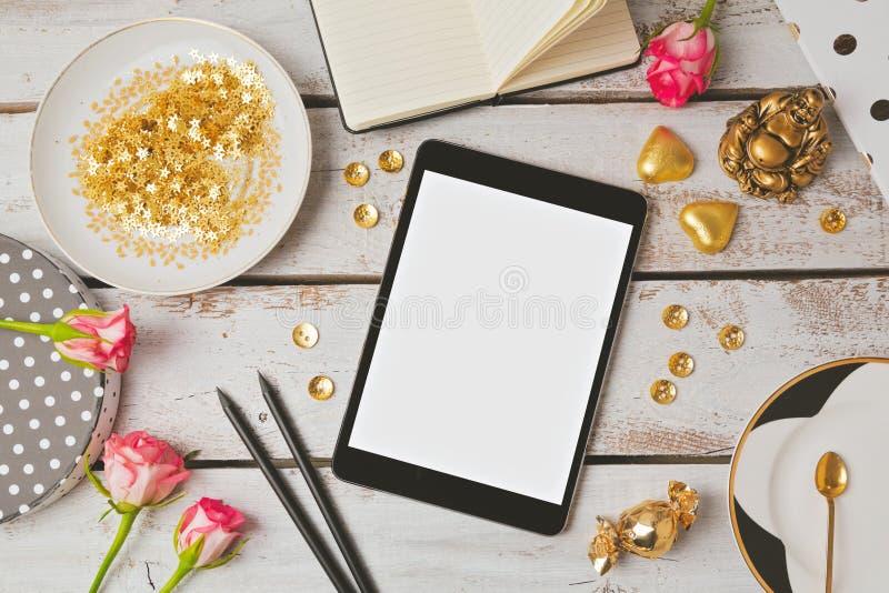 Mofa de la tableta para arriba con los objetos femeninos Visión desde arriba fotografía de archivo libre de regalías