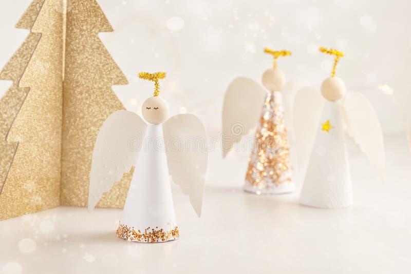 Mofa de la tarjeta de felicitación de la Navidad para arriba con el ángel y la Navidad de papel t foto de archivo