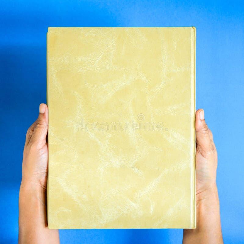 mofa de la visión superior encima del libro a mano y del texto de la revista foto de archivo