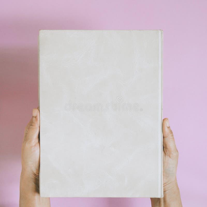 mofa de la visión superior encima del libro a mano y del texto de la revista fotos de archivo libres de regalías