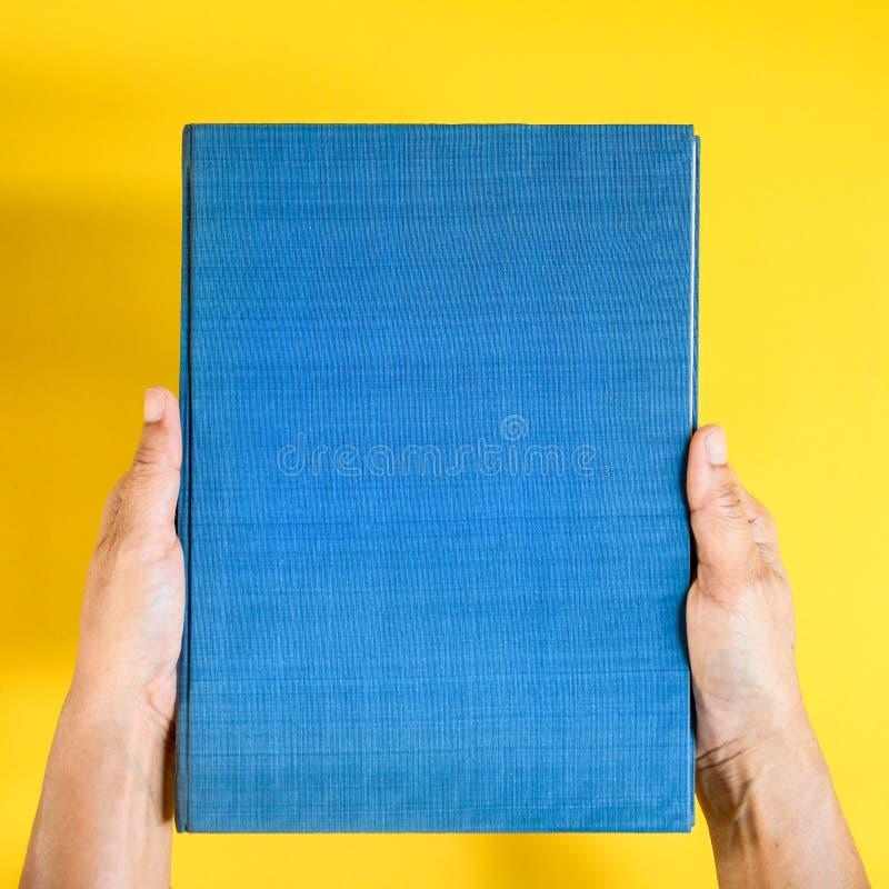mofa de la visión superior encima del libro a mano y del texto de la revista fotografía de archivo