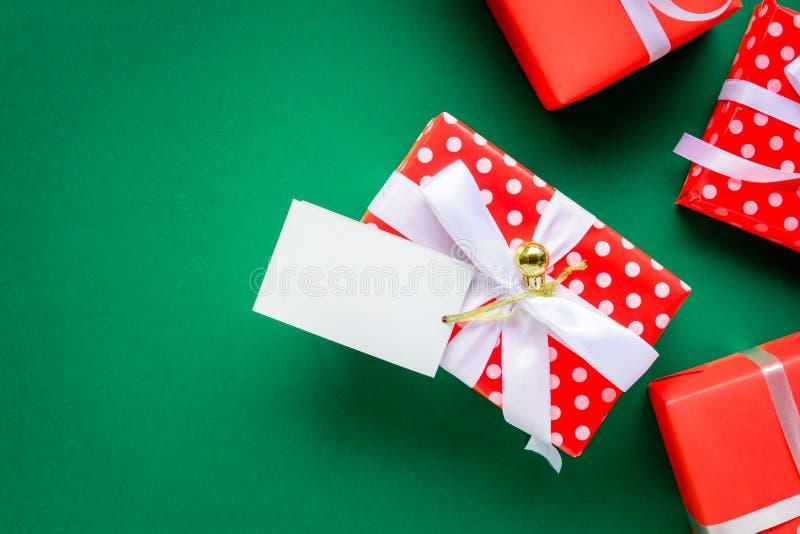 mofa de la visión superior encima de las cajas blancas de la etiqueta y de regalo del texto en TA verde foto de archivo