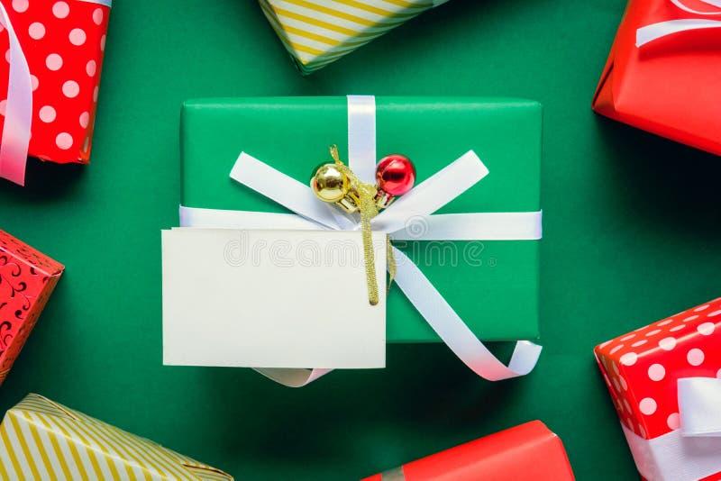 mofa de la visión superior encima de las cajas blancas de la etiqueta y de regalo del texto en TA verde fotos de archivo libres de regalías