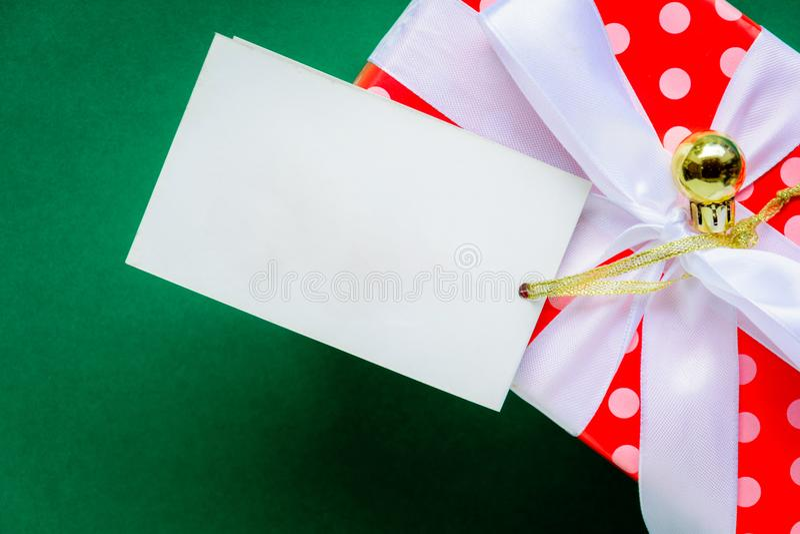 mofa de la visión superior encima de las cajas blancas de la etiqueta y de regalo del texto en TA verde fotos de archivo