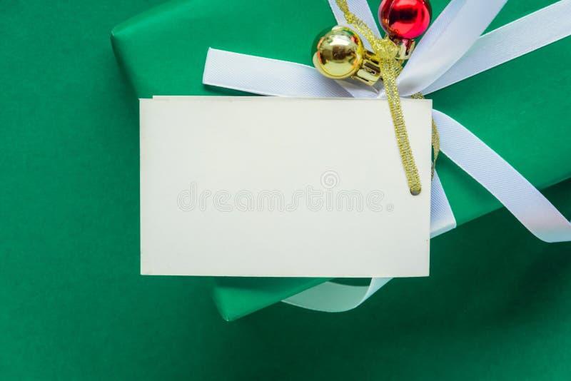 mofa de la visión superior encima de las cajas blancas de la etiqueta y de regalo del texto en TA verde imágenes de archivo libres de regalías