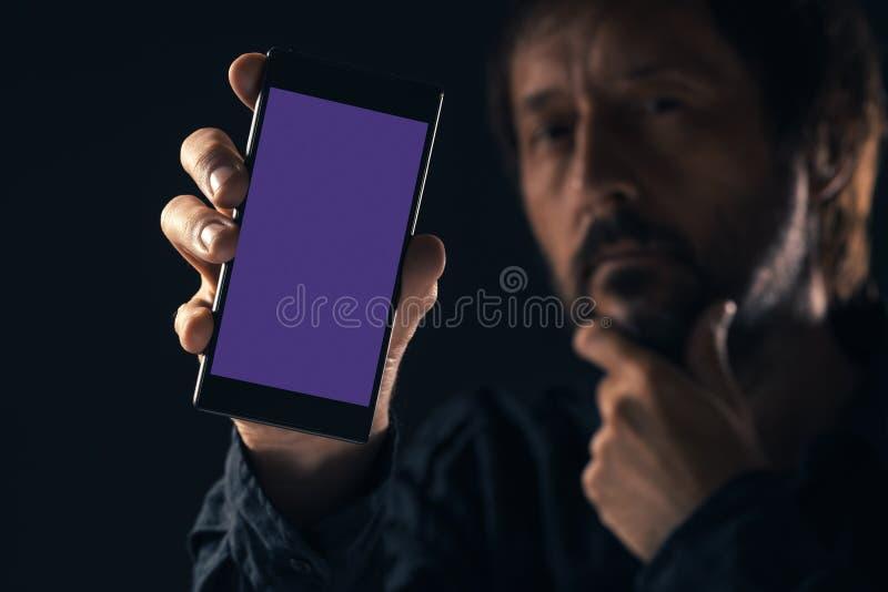 Mofa de Smartphone para arriba en la mano masculina imagen de archivo