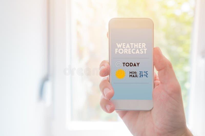 Mofa del app del smartphone de la previsión metereológica para arriba fotos de archivo