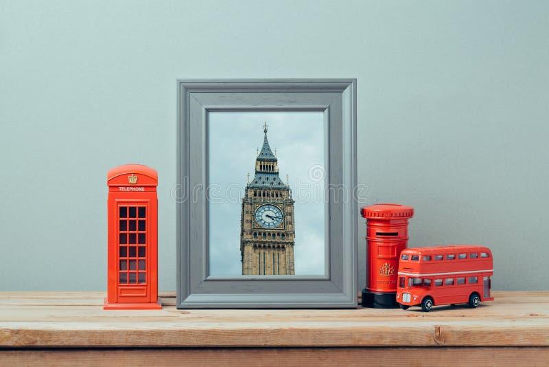 Mofa del cartel encima de la plantilla con la cabina de teléfono de Londres y Ben Tower grande Viaje y turismo fotos de archivo libres de regalías