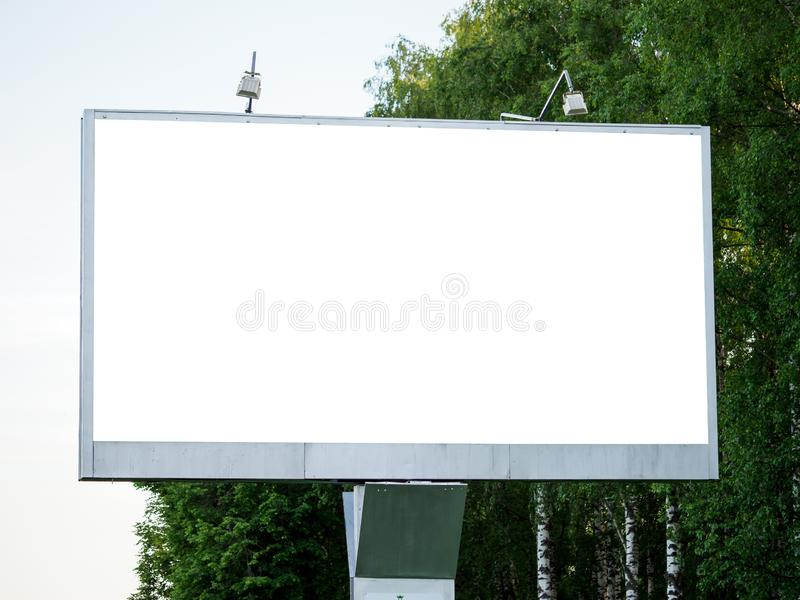 Mofa del espacio en blanco encima de la cartelera vacía blanca fotografía de archivo libre de regalías