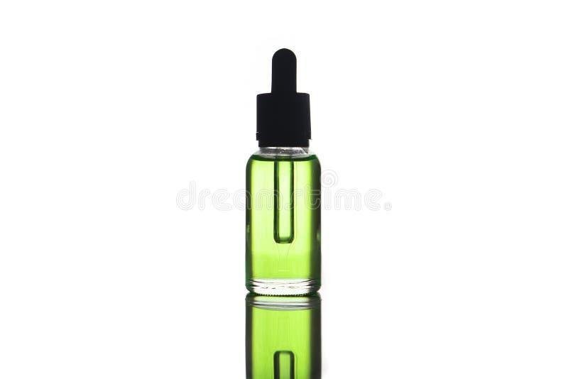 Mofa del espacio en blanco encima de la publicidad del e-líquido verde, e-jugo en foto de archivo