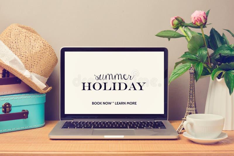 Mofa del ordenador portátil encima de la plantilla Vacaciones de las vacaciones de verano del planeamiento imágenes de archivo libres de regalías