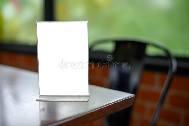 Mofa del soporte encima de la disposici?n borrosa tarjeta de la representaci?n visual de la llave del dise?o del fondo de la tien imagenes de archivo