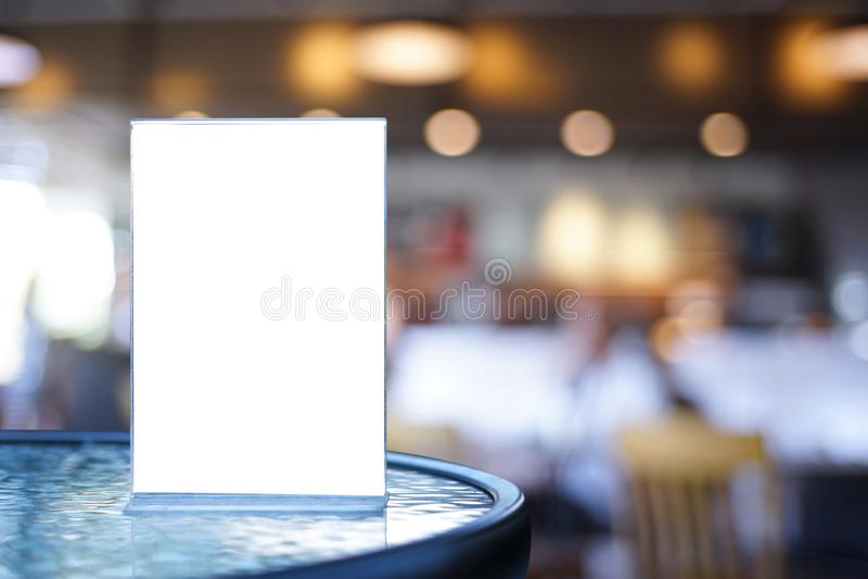 Mofa del soporte encima del diseño borroso tarjeta del fondo de la tienda del marco del menú imagen de archivo