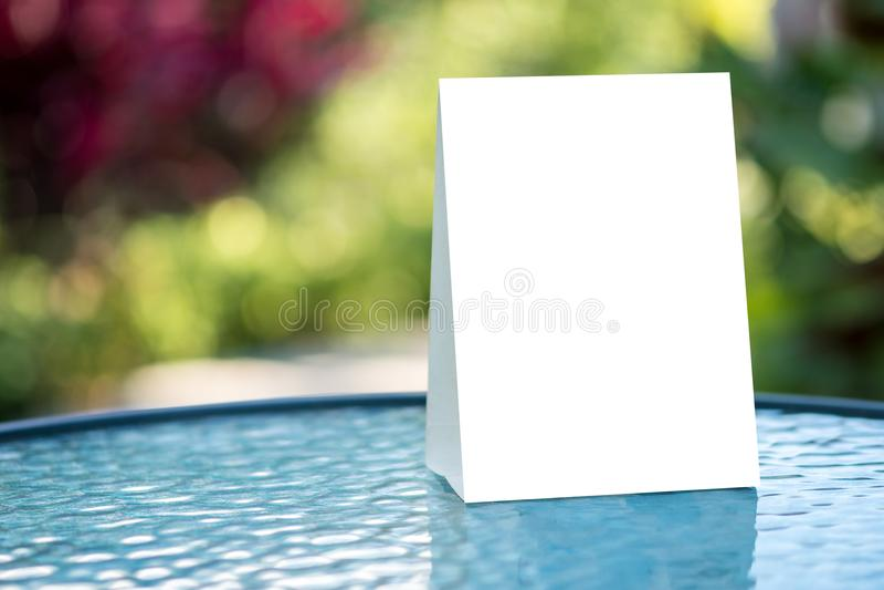 Mofa del soporte encima del diseño borroso tarjeta del fondo de la tienda del marco del menú fotos de archivo