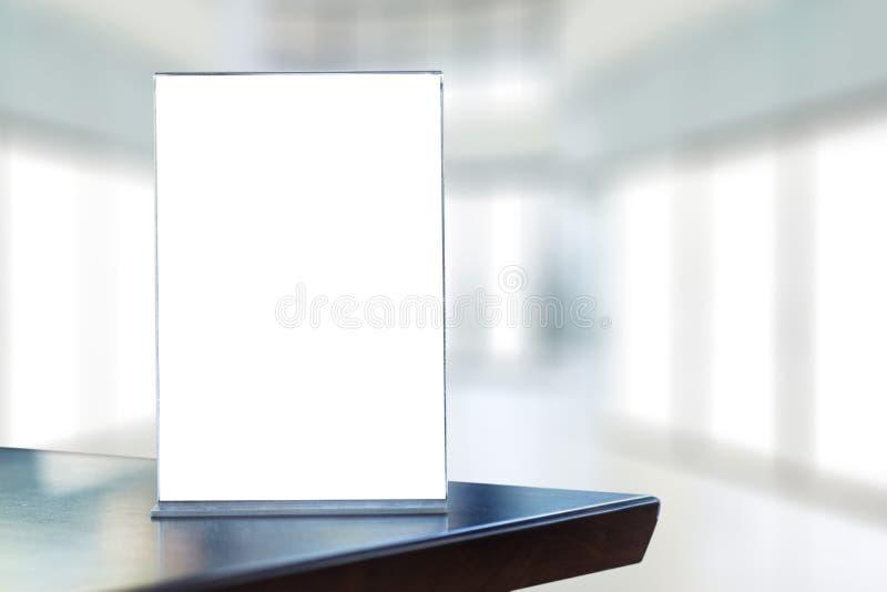 Mofa del soporte encima del diseño borroso tarjeta del fondo de la tienda del marco del menú foto de archivo libre de regalías