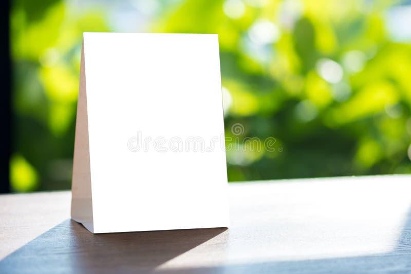 Mofa del soporte encima del diseño borroso tarjeta del fondo de la tienda del marco del menú foto de archivo