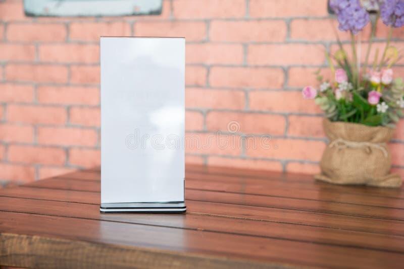 Mofa del soporte encima del fondo borroso tarjeta de la tienda del marco del menú foto de archivo libre de regalías