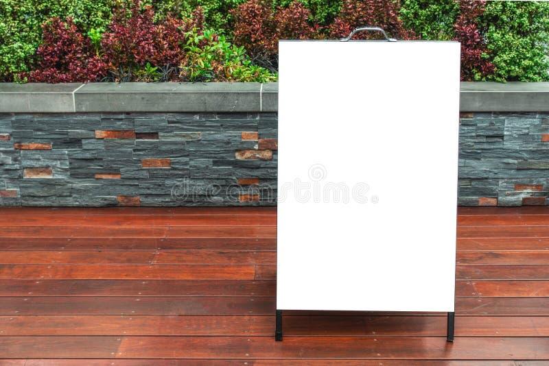 Mofa del tablero de bocadillo encima de la plantilla de la publicidad al aire libre fotografía de archivo libre de regalías