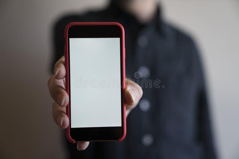 Mofa del teléfono del color rojo de las manos de la maqueta encima de la exhibición de la tenencia de la pantalla blan fotos de archivo