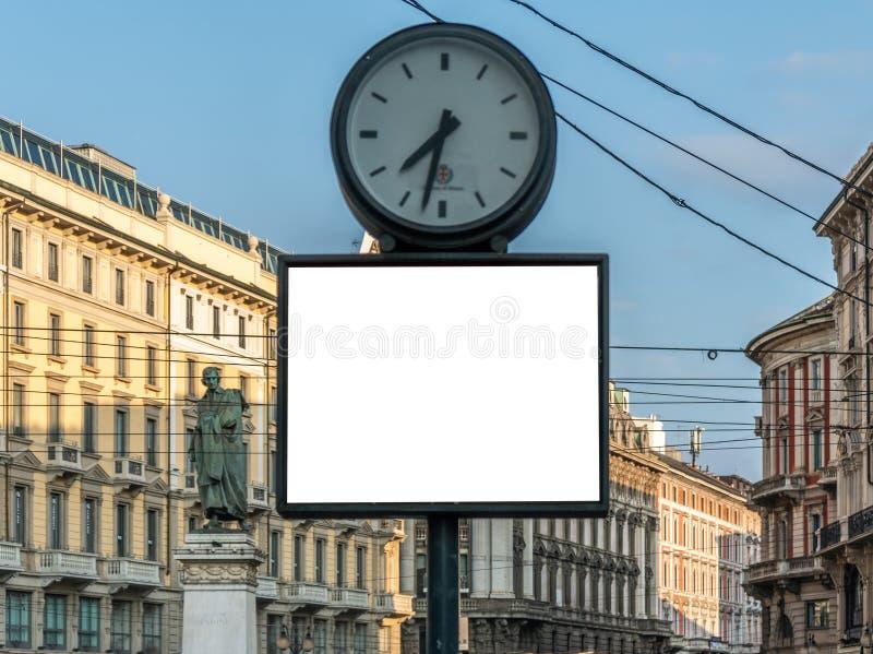 Mofa en blanco de la cartelera para arriba en centro de ciudad de Milano imagen de archivo libre de regalías