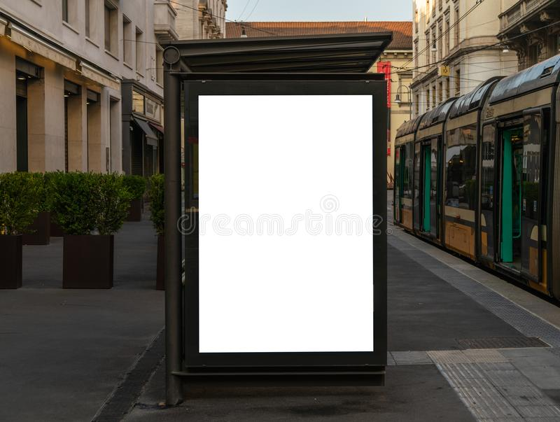 Mofa en blanco de la cartelera para arriba en la ciudad de Milano fotografía de archivo