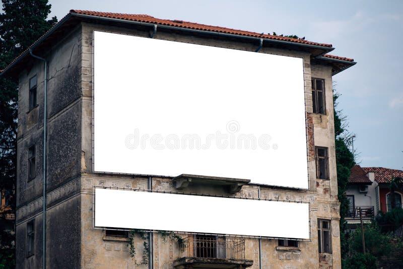 Mofa en blanco de la cartelera de publicidad para arriba en fachada vieja del edificio imágenes de archivo libres de regalías