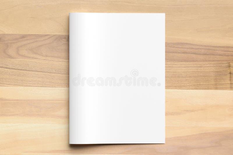 Mofa en blanco del folleto del tamaño del doblez A4 del BI para arriba en fondo de madera 3d imagen de archivo libre de regalías