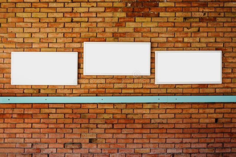 mofa en blanco del marco 3 para arriba en una pared de ladrillo fotos de archivo libres de regalías