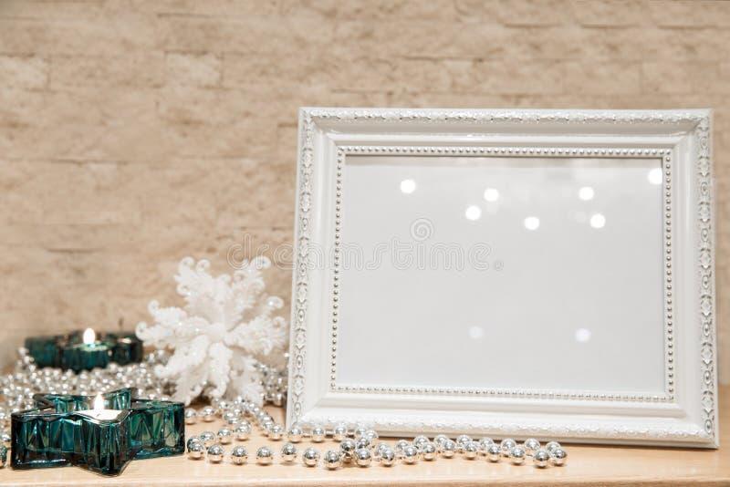 Mofa encima de la decoración de la Navidad Marco del saludo del Año Nuevo turquesa fotografía de archivo