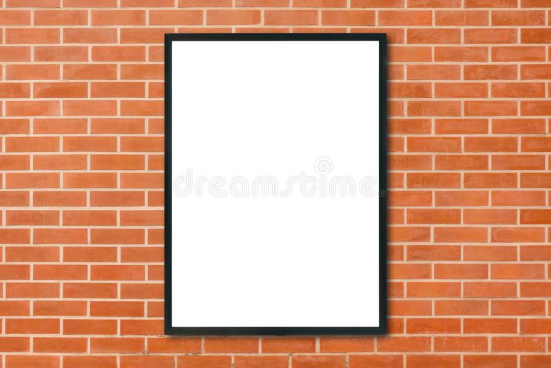 Mofa encima de la ejecución en blanco del marco del cartel en fondo rojo de la pared de ladrillo en sitio - puede ser mofa usada  imágenes de archivo libres de regalías