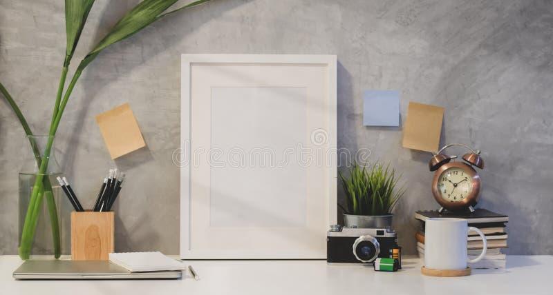 Mofa encima del espacio del marco y de la copia con los materiales de oficina foto de archivo libre de regalías