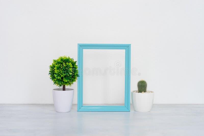 Mofa encima del marco del cartel en fondo interior fotografía de archivo