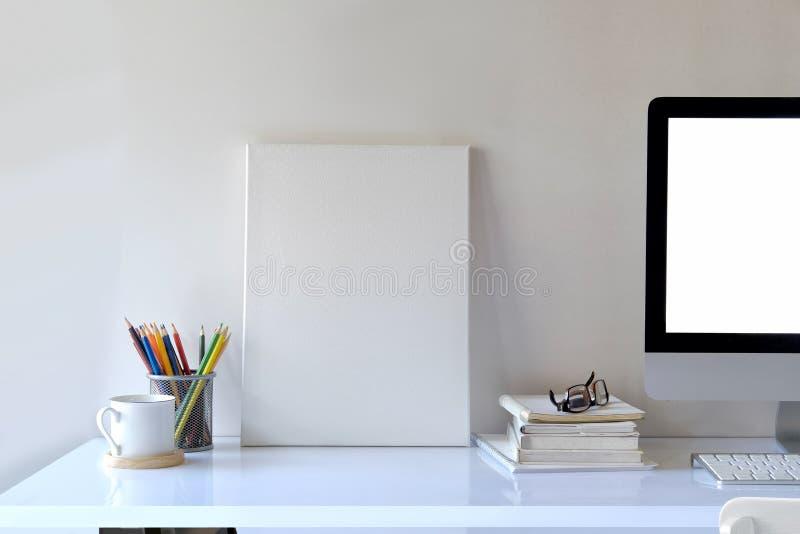Mofa encima del marco de la foto con las fuentes imagenes de archivo