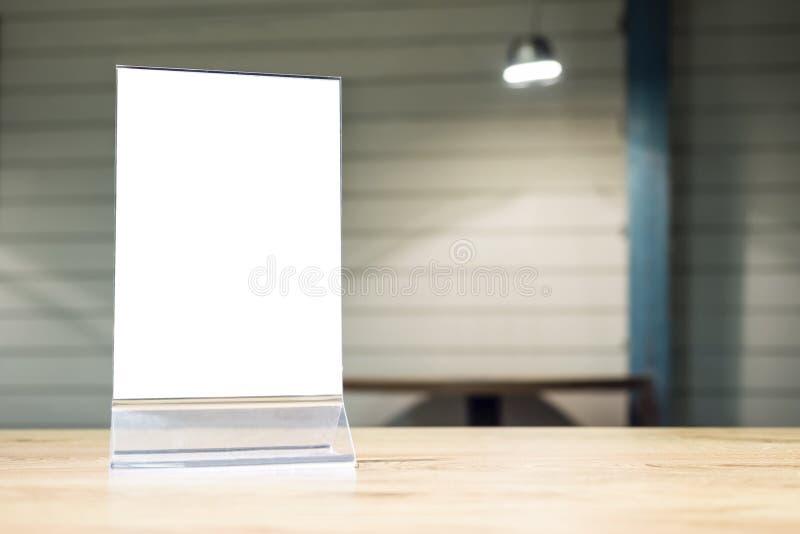 Mofa encima del marco del menú en la tabla en tienda del café del restaurante fotografía de archivo libre de regalías