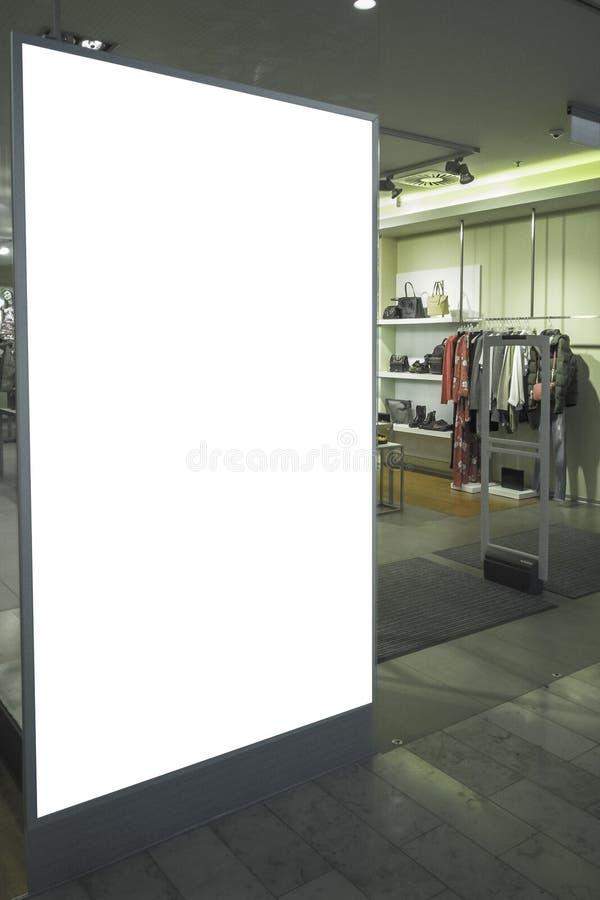 Mofa para arriba Bandera de la cartelera, tienda de ropa del od de la ventana del escaparate de la tienda dentro del centro comer imagen de archivo