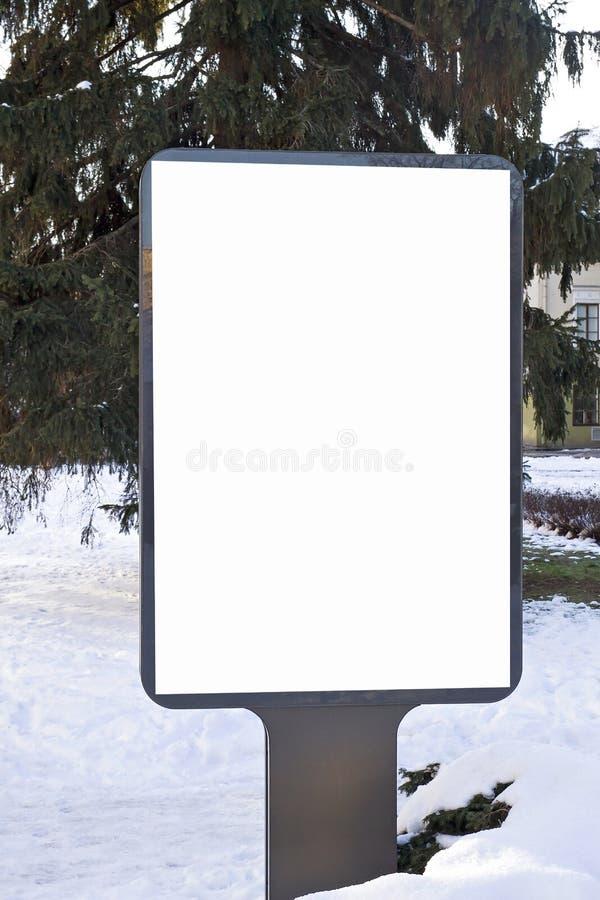 Mofa para arriba Cartelera en blanco al aire libre, publicidad al aire libre, tablero de la información pública en invierno de la imagenes de archivo