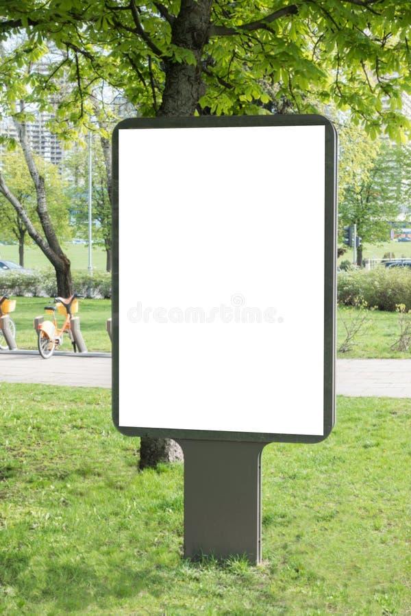 Mofa para arriba Cartelera en blanco al aire libre, publicidad al aire libre, tablero de la información pública en la ciudad fotos de archivo libres de regalías