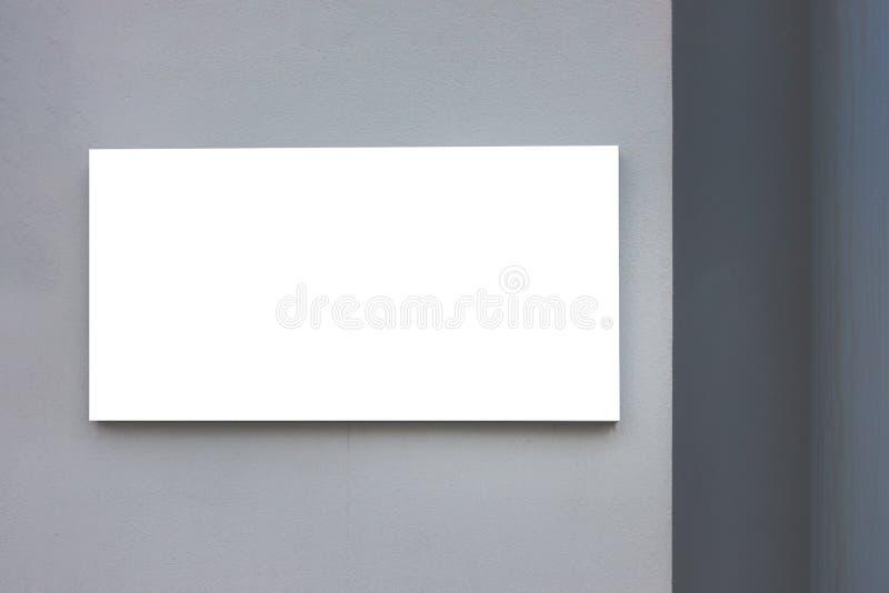 Mofa para arriba Cartelera en blanco al aire libre, publicidad al aire libre, tablero de la información pública en la pared gris imagen de archivo libre de regalías