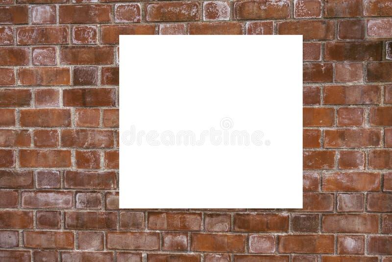 Mofa para arriba Cartelera vertical en blanco, marcos del cartel, haciendo publicidad en la pared de ladrillo fotos de archivo