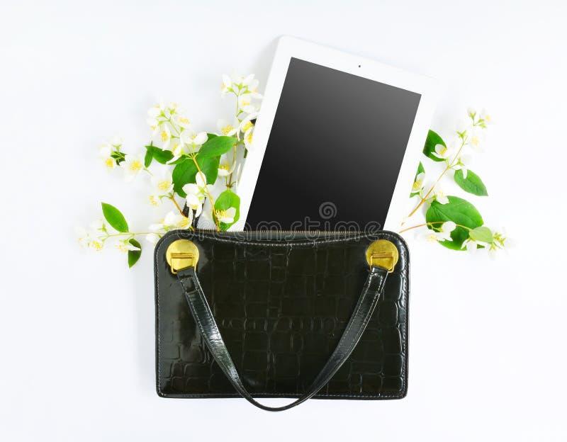 Mofa para arriba con la tableta y el bolso retro imagen de archivo