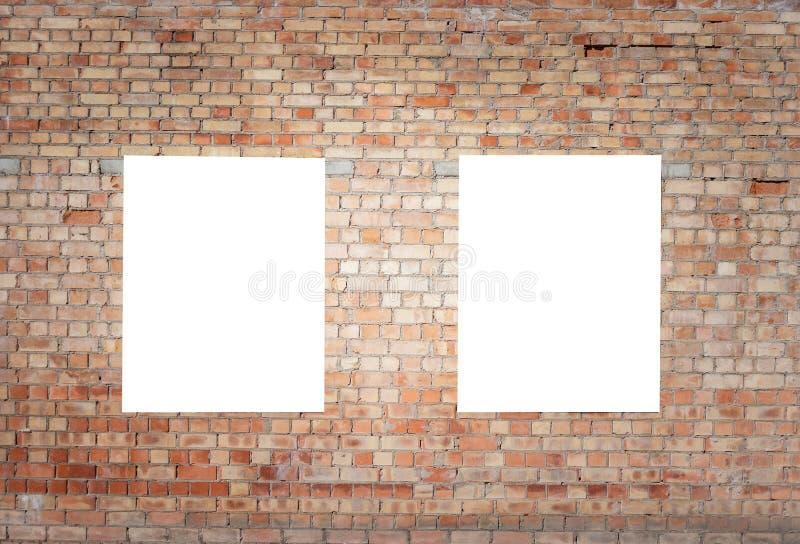 Mofa para arriba Dos carteleras verticales en blanco, marcos del cartel, haciendo publicidad en la pared de ladrillo imagenes de archivo