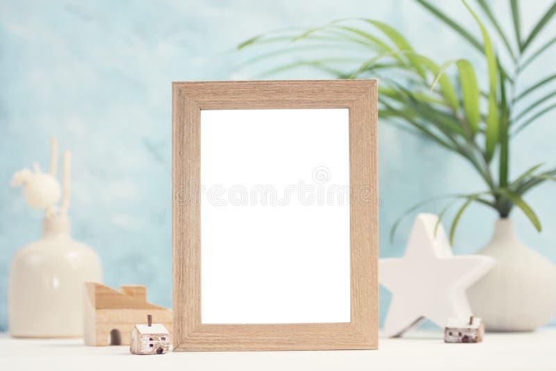Mofa tropical brillante para arriba con el marco beige de la foto, las hojas de palma en florero y la decoración casera en fondo  imágenes de archivo libres de regalías