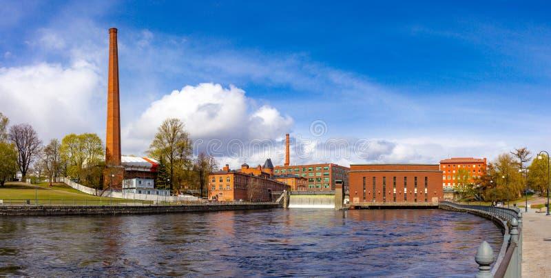 30 mogą 2019 - Tampere, Finlandia: Piękny panoramiczny widok przy wody tamą stara Hydroelektryczna elektrownia na Tammerkoski obrazy stock