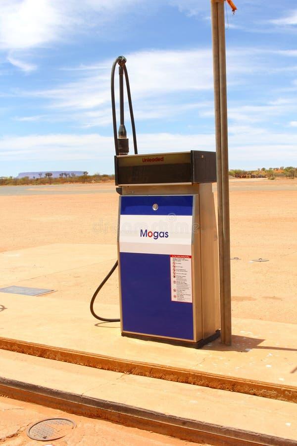 Mogas bensinpump i vildmarken, Australien royaltyfria bilder