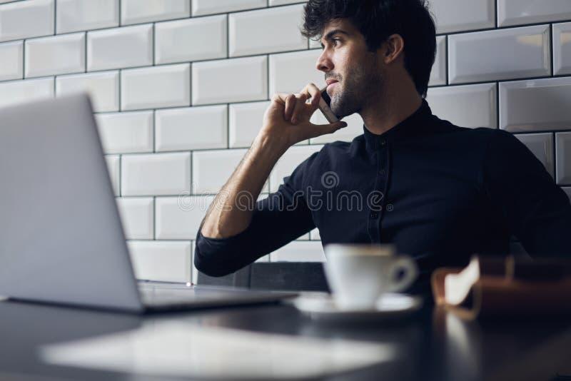 Mogen ägare av en affär i en svart skjorta arkivbilder