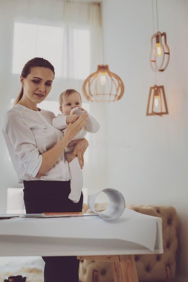 Mogen älskvärd moder som berättar hennes lilla dottersagor arkivfoton