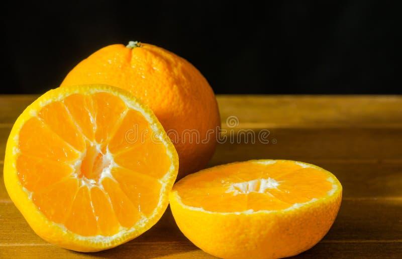 Mogen öppet och ställe för mandarin frukt skalat på den gamla lantliga blicken tim royaltyfria bilder